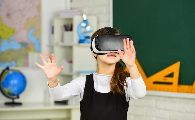 교실 b에서 가상 현실 가상 현실 헤드셋 십대 여학생을 사용하는 학생
