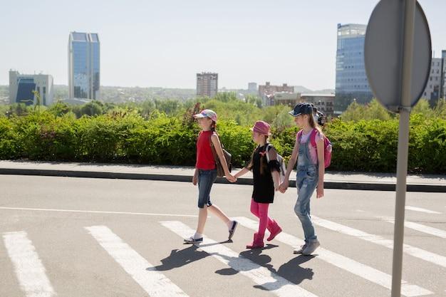 学校に行く途中で道路を横断する学童