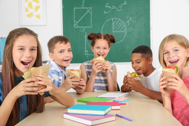 교실에서 점심을 먹고 학생