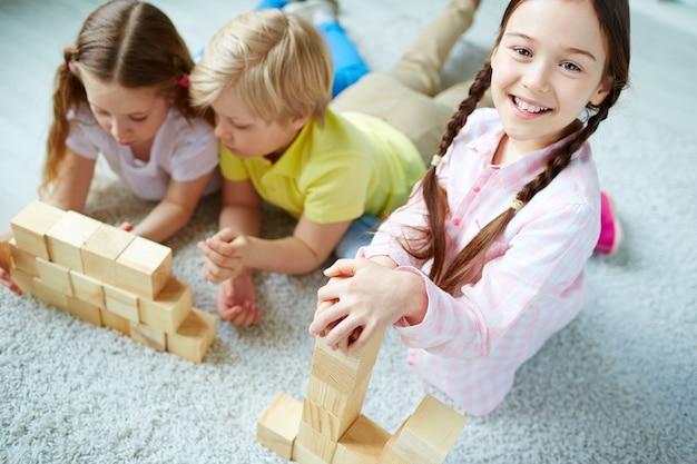 木製のブロックで遊んで小学生