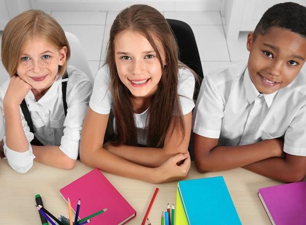 교실 테이블에 앉아 학생