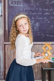 여 학생과 교실에서 모래시계 시간 관리 개념 교육 및 학교 사기에 작은 소녀 ...
