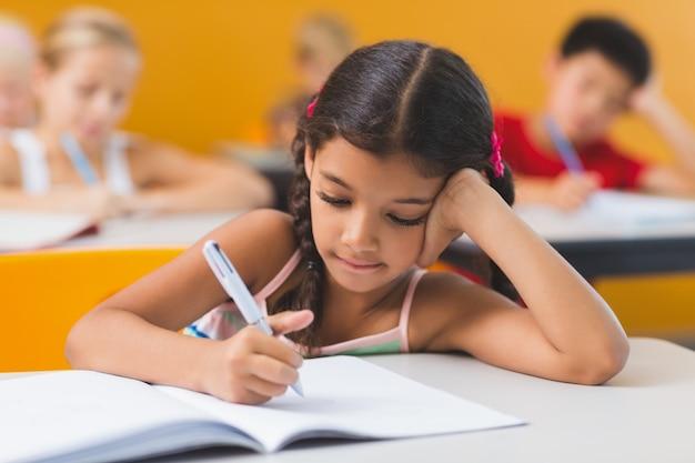 宿題をしている女子高生