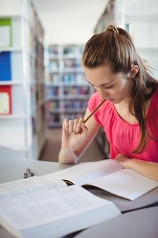 학교 도서관에서 숙제를 하 고여 학생