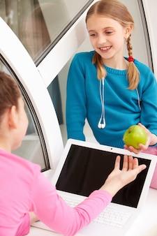 彼女の同級生にリンゴを与える女子高生