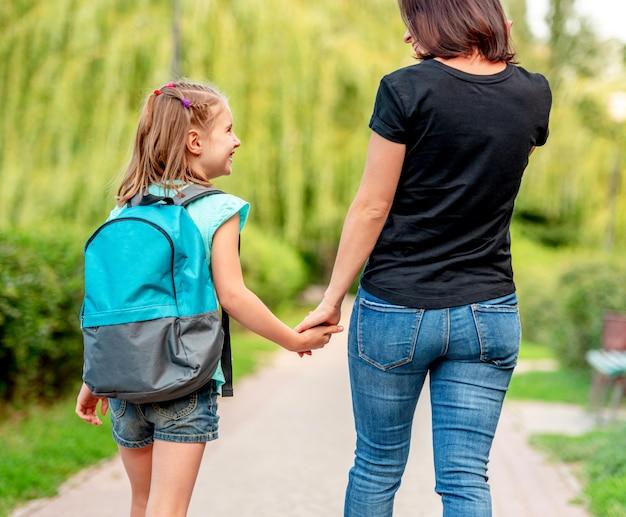 女子高生は母親と一緒に家に帰る