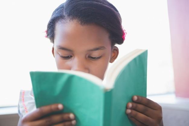 Книга чтения школьницы в библиотеке