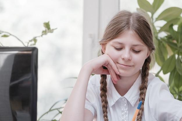 숙제를 위해 노트북을 사용하는 여학생의 자가 격리. covid 19 잠금 기간 동안 인터넷에서 정보를 검색하는 디지털 태블릿을 사용하는 소녀. 사회적 거리두기, 이러닝 온라인 교육