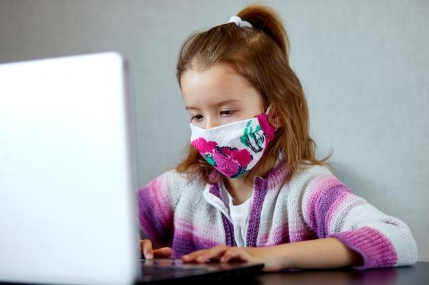 ノートブックで自宅で勉強し、学校の宿題をしている女子高生。