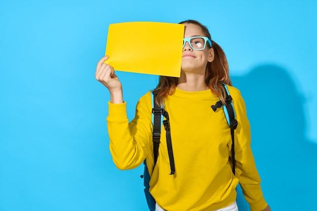 Школьница с рюкзаком желтый лист обучения образование синий фон