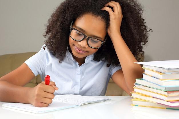 宿題をしている眼鏡をかけた女子高生