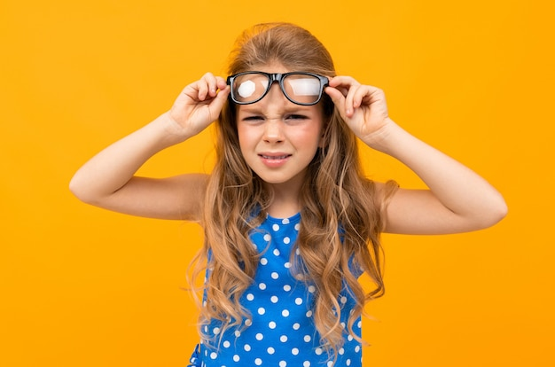 眼鏡をかけた女子高生が目の前で眼鏡を上げる