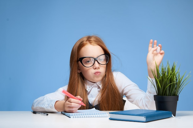 안경 테이블에 앉아 수업 라이프 스타일 훈련을하고있는 여학생