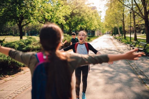여학생은 학교 첫날에 다시 만납니다.