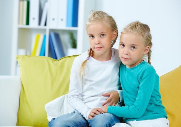 ソファに座っている女子学生
