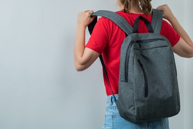バックパックを肩に抱えた小学生