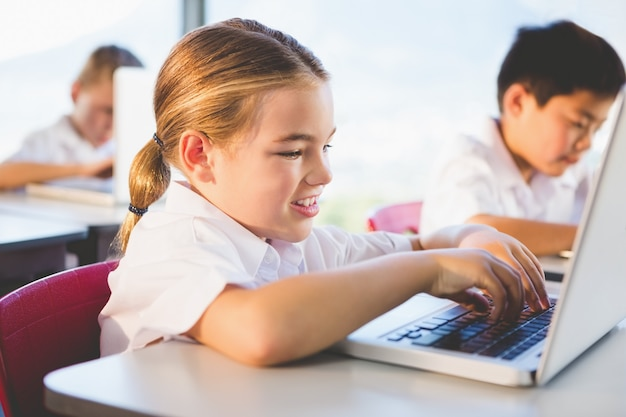 Школьники, используя ноутбук в классе