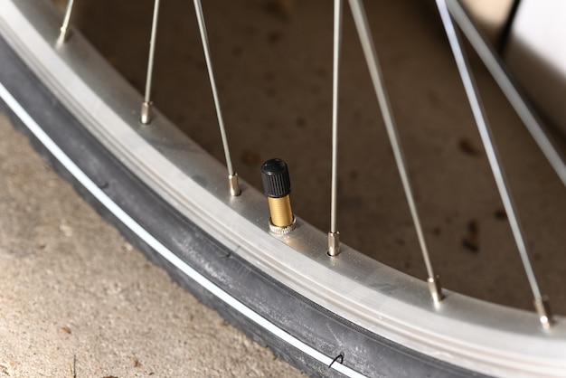 스포크가 있는 슈레이더 밸브 자전거 및 자전거 휠