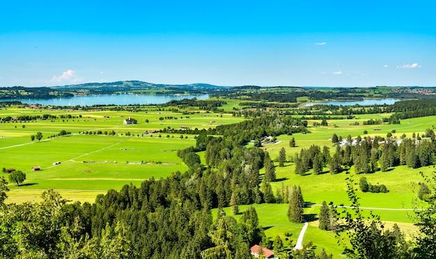 Вид на швангау с озером форгензее из замка нойшванштайн в баварии, германия