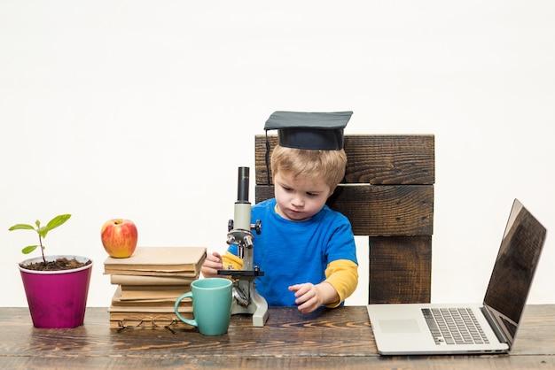 과학 생물학 실험 교육 현대 기술 개념 사려 깊은 똑똑한 작은 소년 연구원