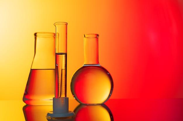 빨간색 배경에 과학 개념 유리 시험관