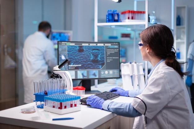 전문 실험실에서 일하는 생화학 기술의 과학 연구원