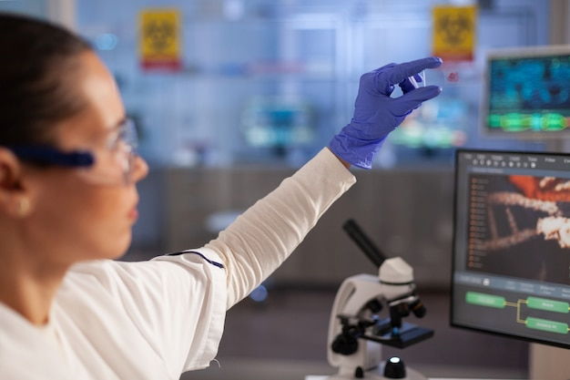 진단을 위해 혈액 지문을 보고 있는 과학 전문가