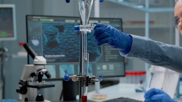 실험실에서 화학 시험관을 사용하는 과학 전문가