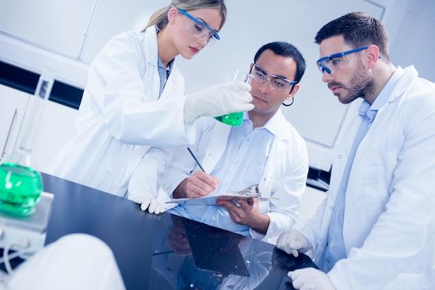 Научные студенты, работающие вместе в лаборатории