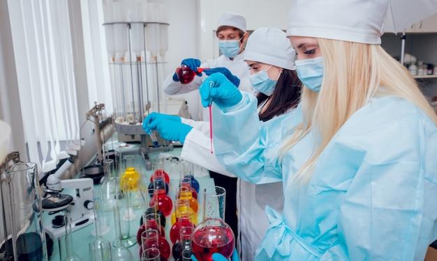 Научный техник за работой в лаборатории.