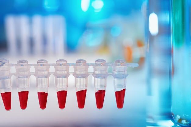 파란색과 빨간색의 텍스트 공간이 과학적 배경