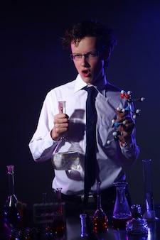 Esperimento chimico facendo scientifico