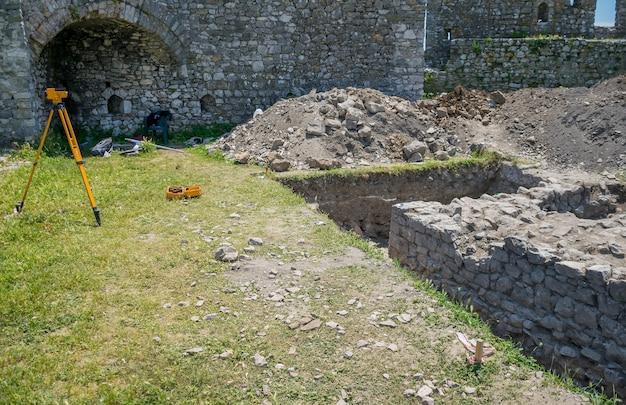 科学的な発掘は、中世の要塞の領土で行われます。