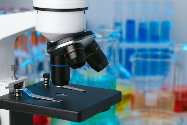 顕微鏡とサンプル付きの試験管を備えた科学実験室、写真をクローズアップ