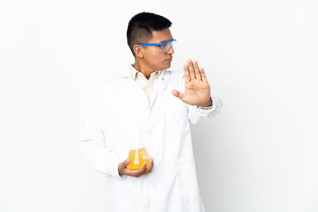孤立した背景上の科学者
