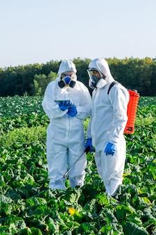 Химическая маска ученого и агронома на поле фермы