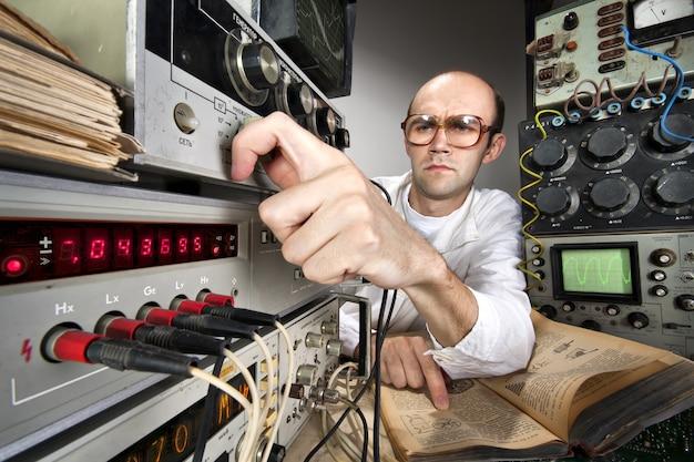 Ученый в винтажной лаборатории