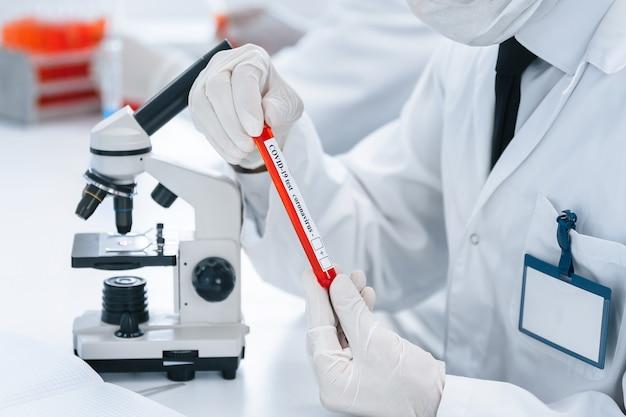 Ученый проводит исследования в современной лаборатории