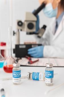 과학자는 혈액 샘플에 대한 연구 후 백신 크레아틴