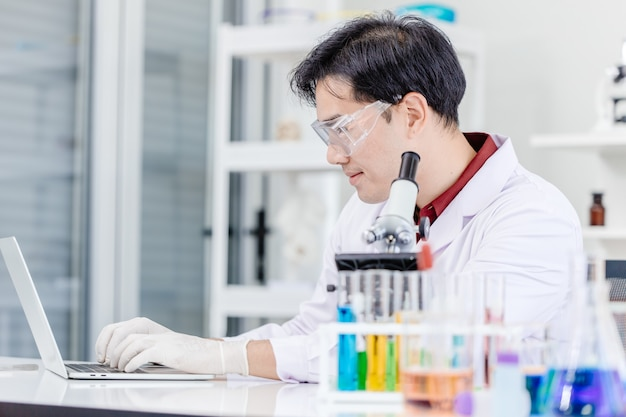 病院の医療ラボでオンラインで作業している科学者の医師または医療ラボの技術者