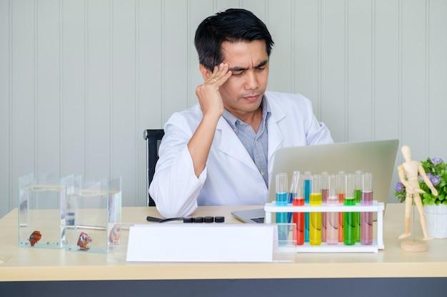Ученый доктор молодой мужской рабочий ноутбук с выражением путать не идеи и руки касания