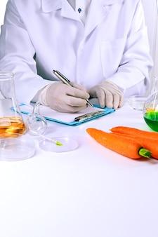 Ученый исследует морковь в лаборатории