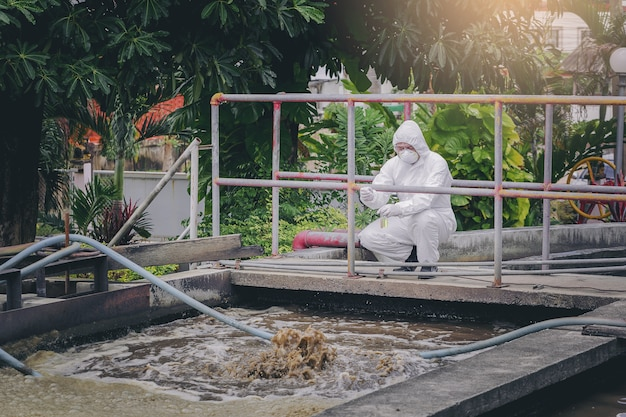 排水処理システムで水質を実験する科学者。