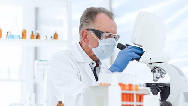 保護マスクの科学者は、実験室の科学と健康保護の研究を行っています