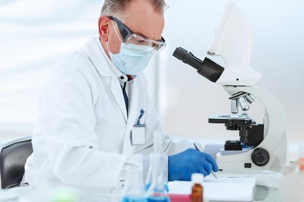 보호 마스크의 과학자는 실험실에서 연구를 수행