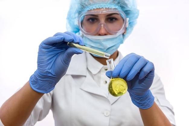 Ученый в защитной форме с колбой, изолированной на белом