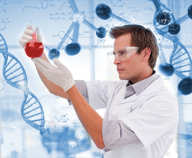 붉은 액체의 비이 커를보고 과학자