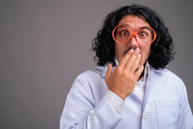 大きな眼鏡をかけている口ひげを持つ科学者の男性医師