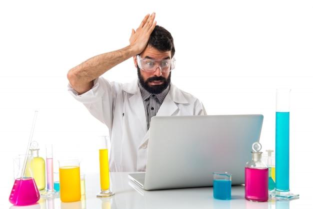 Ученый-мужчина сомневается