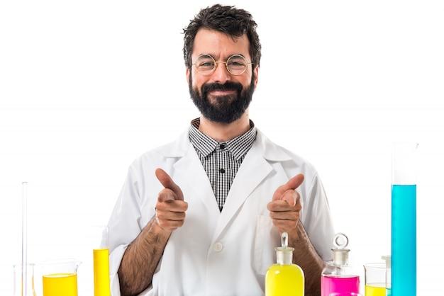 Человек-ученый с пальцем вверх